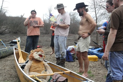 Sunflower River Expedition Poor William, Lil John and Driftwood Johnnie admiring Da Nasty. Photo by The Delta Bohemian