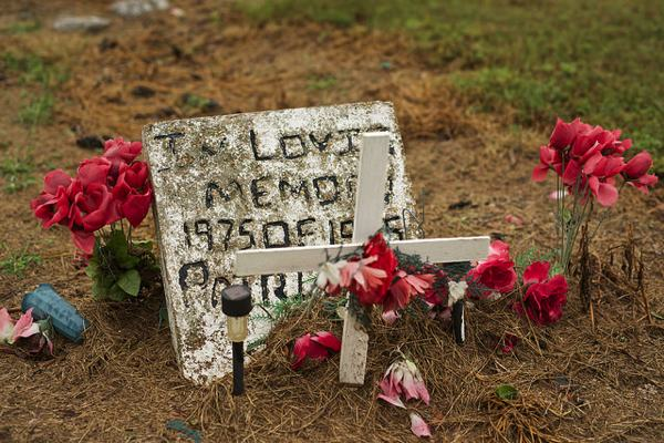 ountry grave near Minter City, Mississippi PHOTO BY DONALD CHRISTIAN